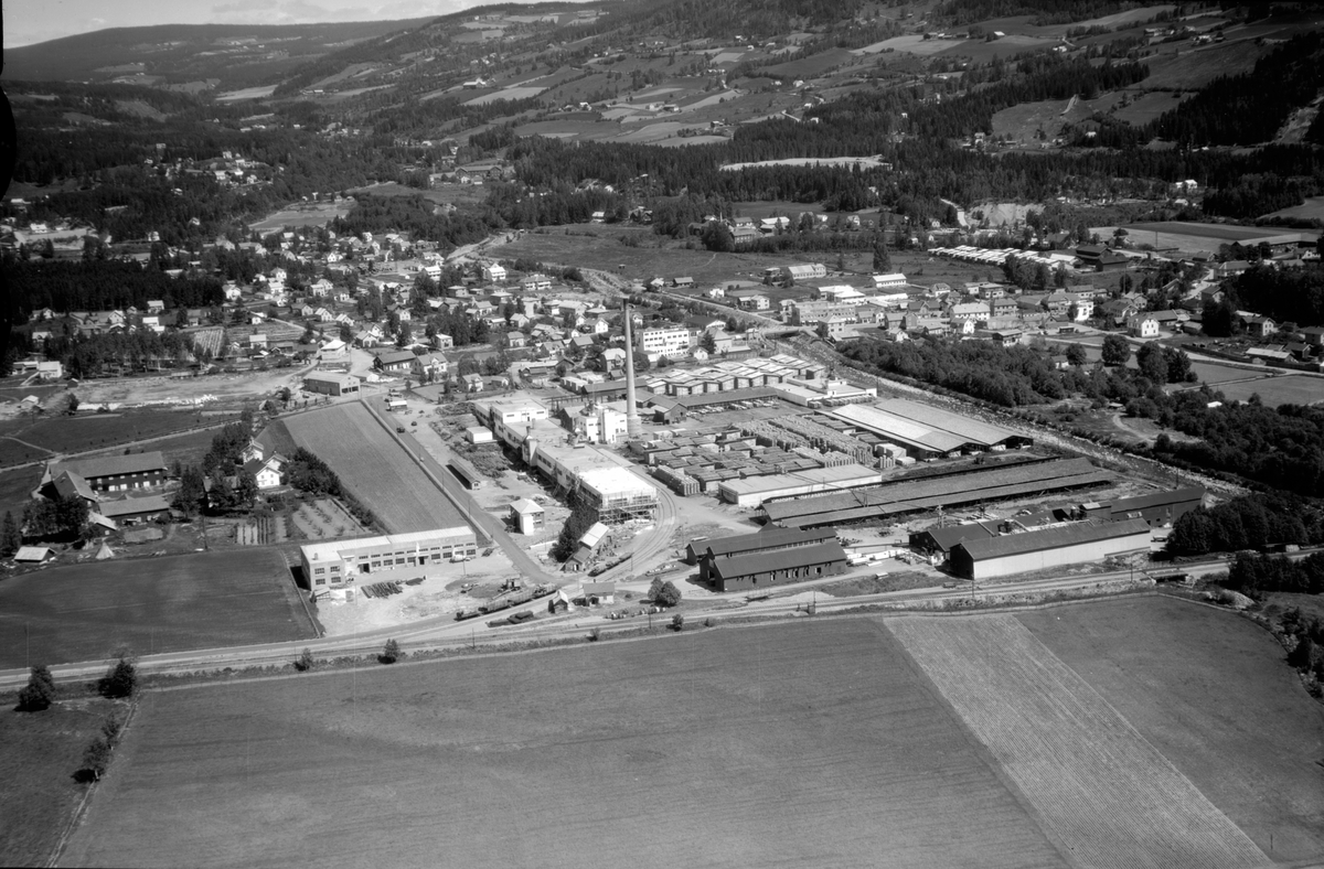 Flyfoto av Brumunddal, Berger Langmoen A/S.