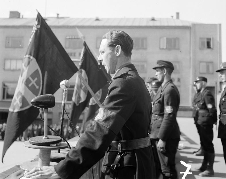NS, Hirden, Nasjonal Samling.  Hirdstevne på Østre Torg i Hamar i 1941. Kommisarisk statsråd under krigen Gulbrand Lunde (1901-1942) holder tale fra rutebiltaket.