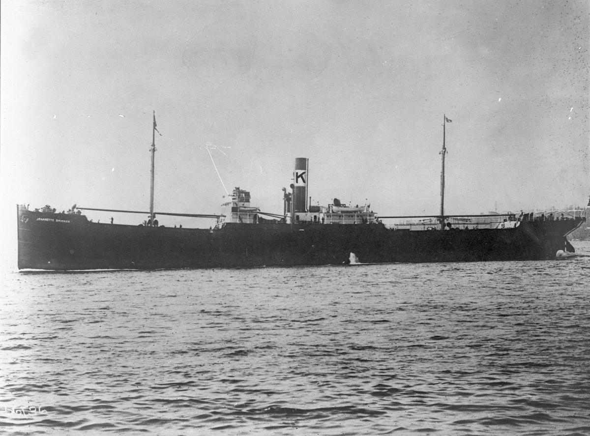 """Dampskipet D/S """"Jeanette Skinner"""" nær land."""