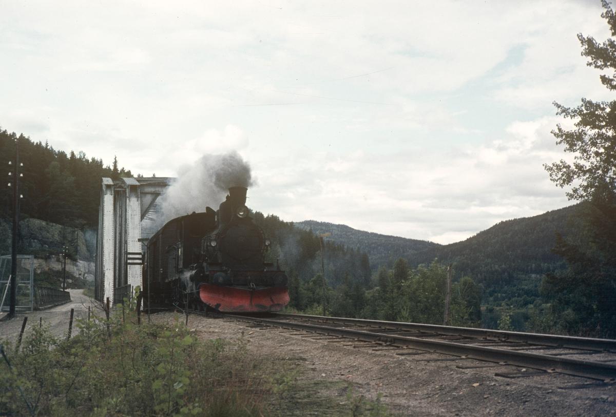 Godstog fra Rødberg til Kongsberg ved Bruhaug bru.
