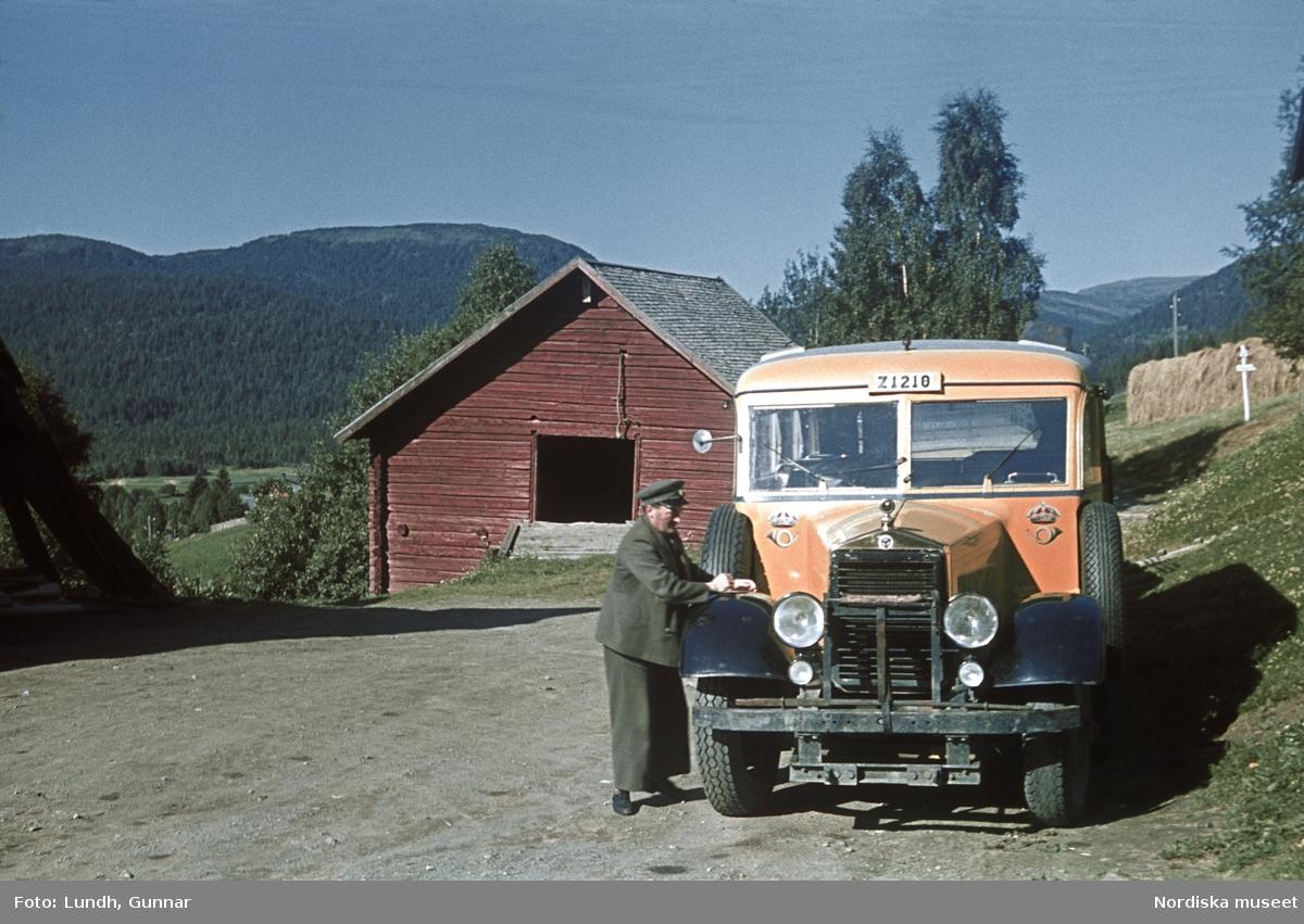Postbuss från Scania Vabis med chaufför på landsväg. Nummerplåten börjar med Z (=Länsbokstav för Jämtland), vid Jormliens pensionat, Frostvikens socken, Strömsunds kommun.