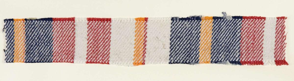 """Vävprov ämnat för bolstervarstyg vävt med bomullsgarn i kypert. Randigt i vitt, rött, gult och blått. Vävprovet är uppklistrat på en kartong i storleken 22 x 28 cm. I övre högra hörnet finns en stämpel """"Uppsala läns hemslöjdsförening"""" och ett handskrivet nummer, """"A.1627"""""""