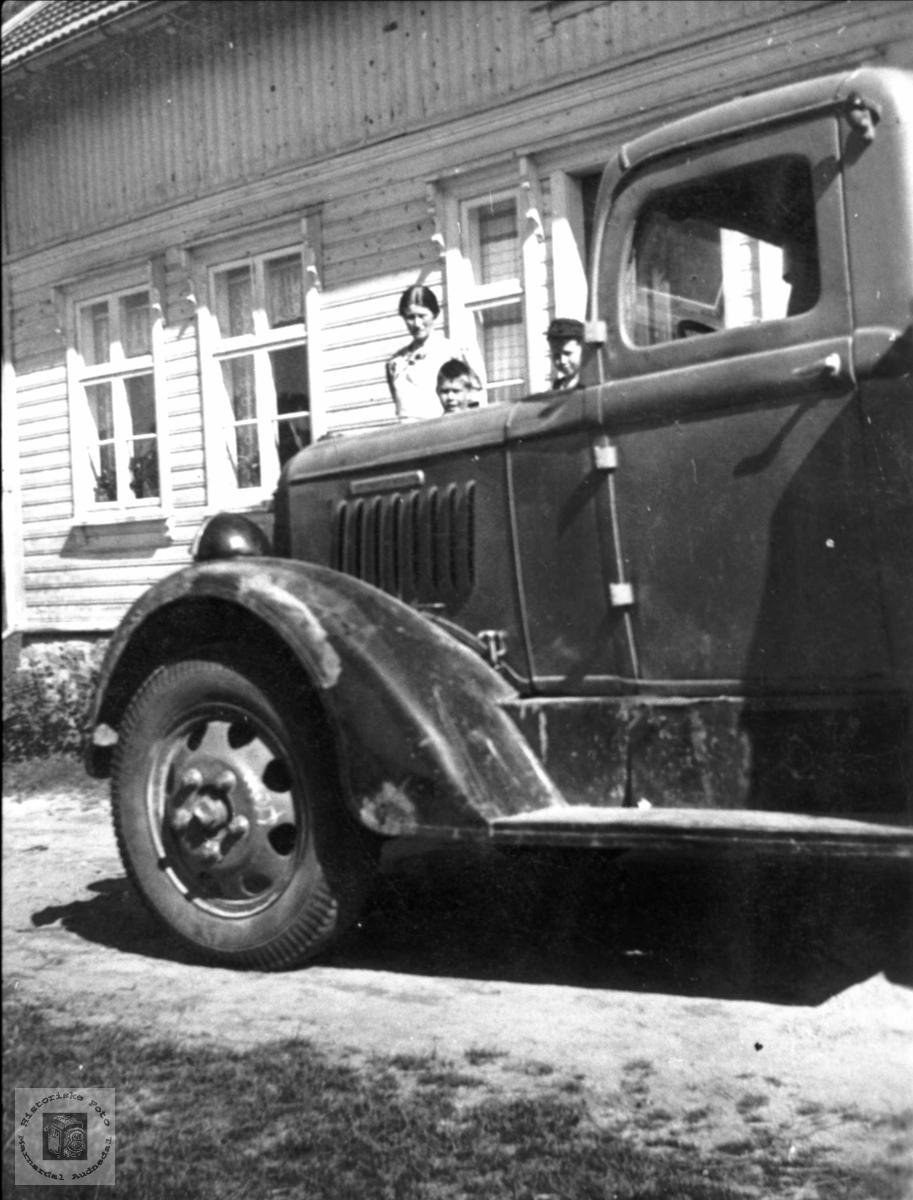 Transport - Lastebil på Bjelland. Lastebilen er en Reo årsmodell 1935. Det fremgår av rillene på siden av panseret og plasseringen av navneplata over. Kilde: Burness: American Truck Spotter's Guide 1920-1970.