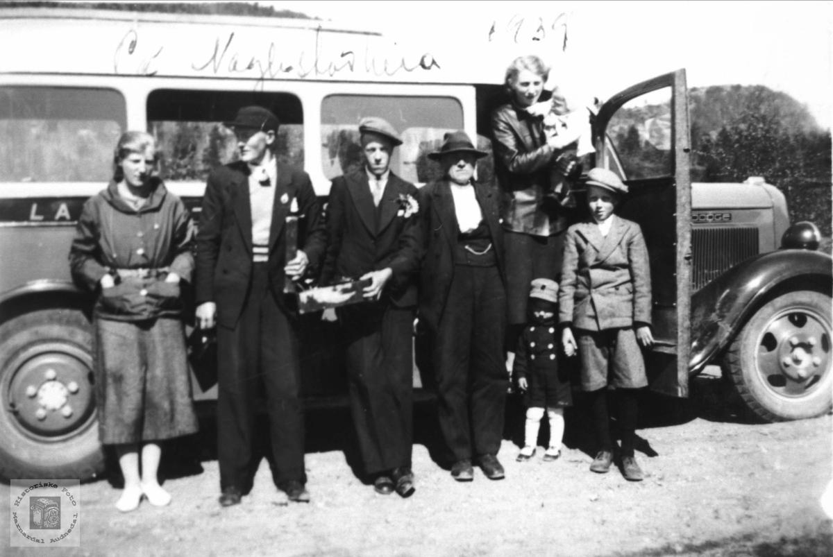 Busstur på Naglestadheia. Med røtter fra Steinsland i Hægebostad. Bussen er en Dodge. Årsmodell ca. 1935.