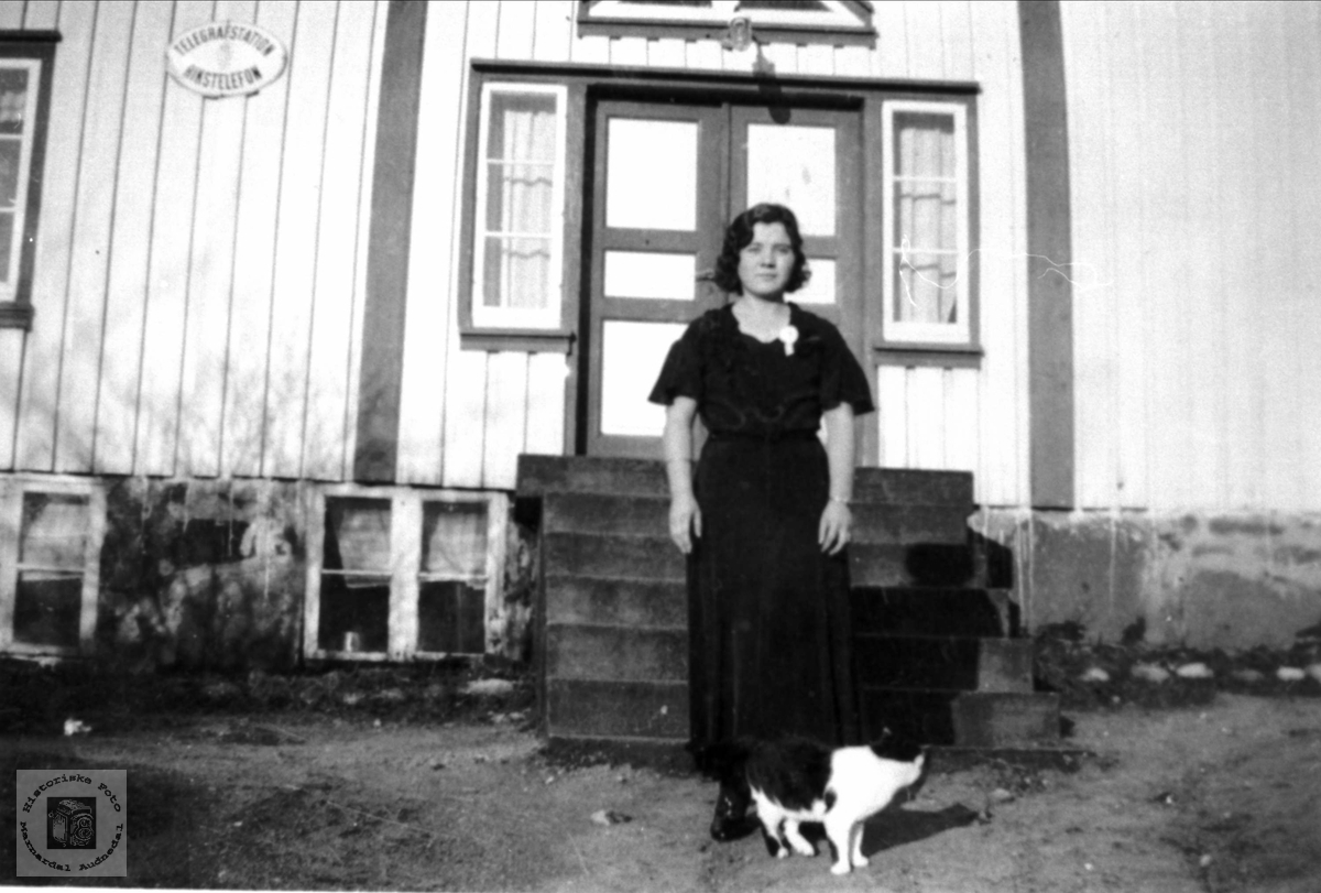 Portrett med Pus, hus og Olga Mørk.