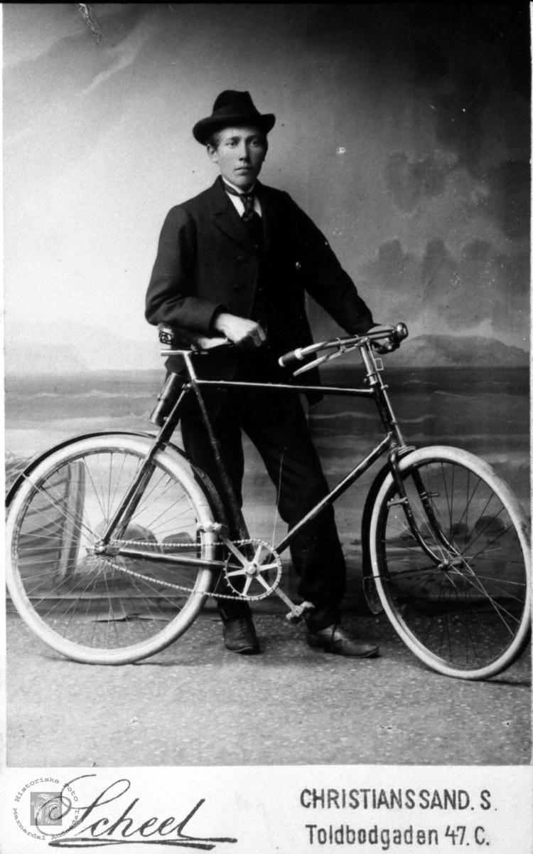 Portrett av Peder m/sykkelen. Peder Åsen med tilknytning til Laudal.