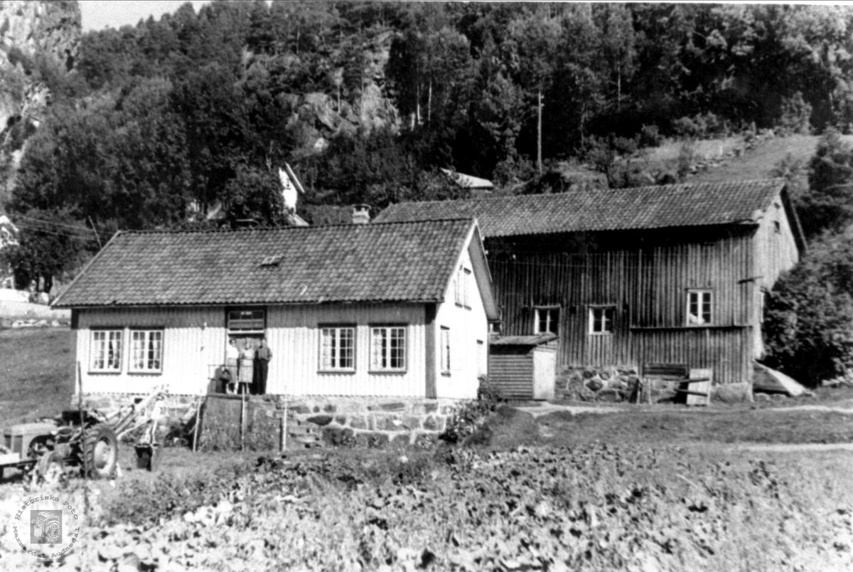 Hus på Skjævesland i Øyslebø foran riving (også uthuset)