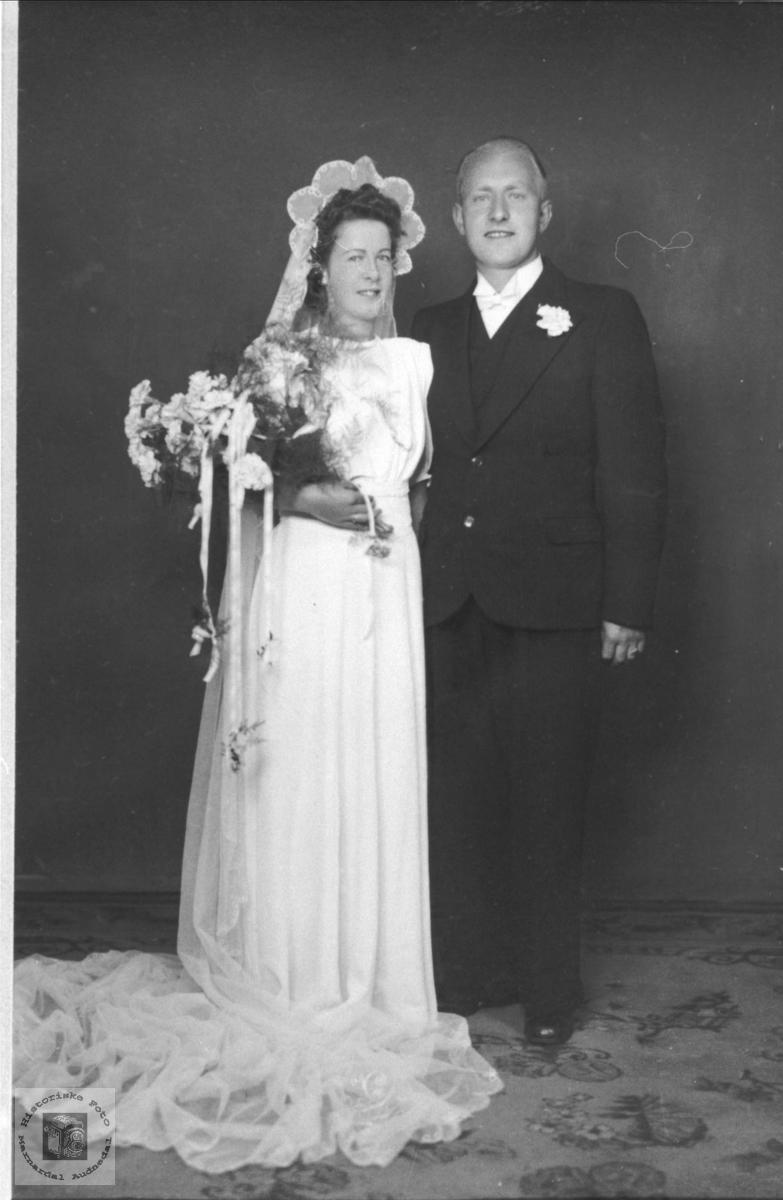 Portrett av brudeparet Ingrid og Gunnar Gabrilesen, Øyslebø.