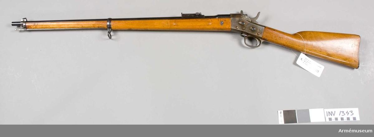 Ursprungligt tillv.nr 8894. Lådan tillv. 1874. Enl obekräftad uppgift är vapnet tillverkat för skolungdomens militära övningsskjutningar. Ej avsett för bajonett.