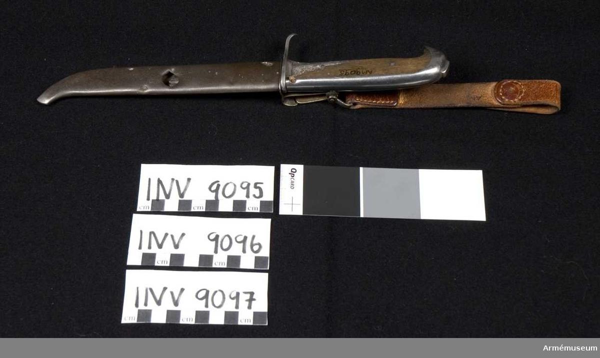 Knivens delar: AM.009095-97 (inkl bärrem). Knivbladet är avbrutet och skaftet saknar en träbit på ena sidan. Bladets längd och total längd är ungefärliga. Knivbladet är på ena sidan märkt: Fiskars.