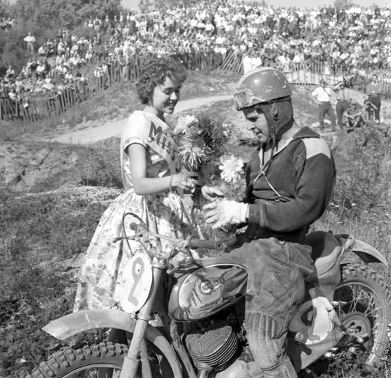 Miss SM delar ut blommor till en förare på SM Motocross, Kuröd, Uddevalla, den 6 september 1959
