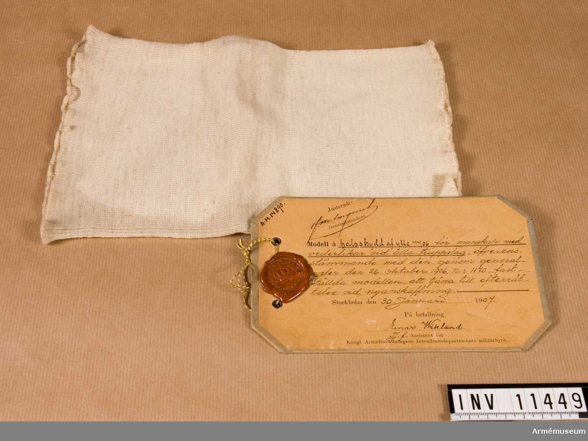 Grupp C I. Halsskydd av ylle m/1906 för manskap av alla truppslag.   Förmodad gåva.
