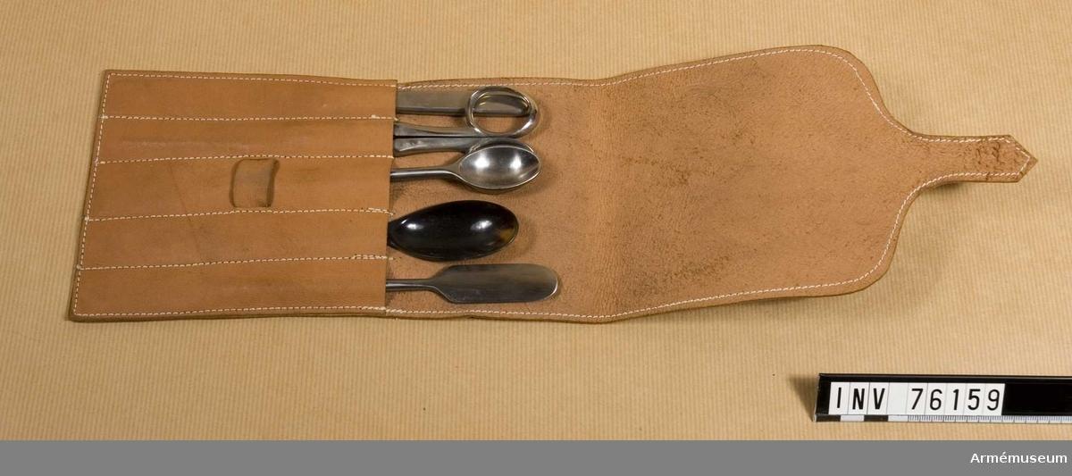 Apoteckarbestick m/1906 bestående av 5 verktyg förvarade i fodral av läder.