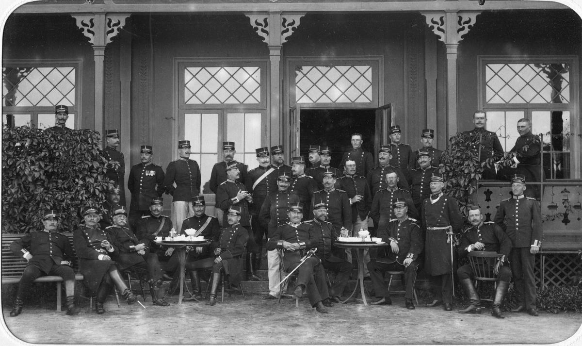 Officerare vid Älvsborgs regemente I 15 dricker kaffe på verandan utanför mässen på Fristad hed,