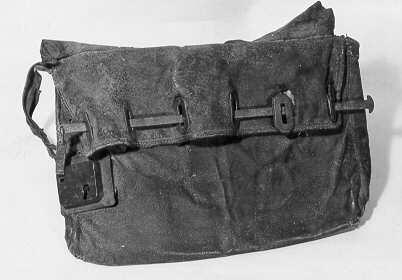 Postväska (lösväska) med trasig bärrem och låsinrättning. Denna hade ursprungligen sex järnöglor (en kvar). Dessa träddes genom sex järnskodda hål på underklaffen. En järnten drogs igenom öglorna, och låstes med låset till vänster på väskan. Väskan är invändigt klädd med säckväv. Väskan är torr.