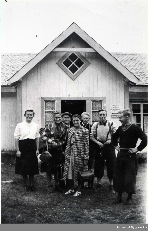 Frå Ulsåk i Hemsedal. Frå venstre: Guro Ulsaker (fødd 1916), nr.4 frå venstre Knut Ulsaker (Fødd 1918), lengst til høgre Svein O. Ulsaker (Fødd 1911) Dei andre er påsketuristar som budde på Ulsåk der dei hadde full pensjon i påskeferien. Guro var kokke for desse.  Turisme var vanleg kring på gardane, heime på garden om vinteren og på stølen om sumaren.