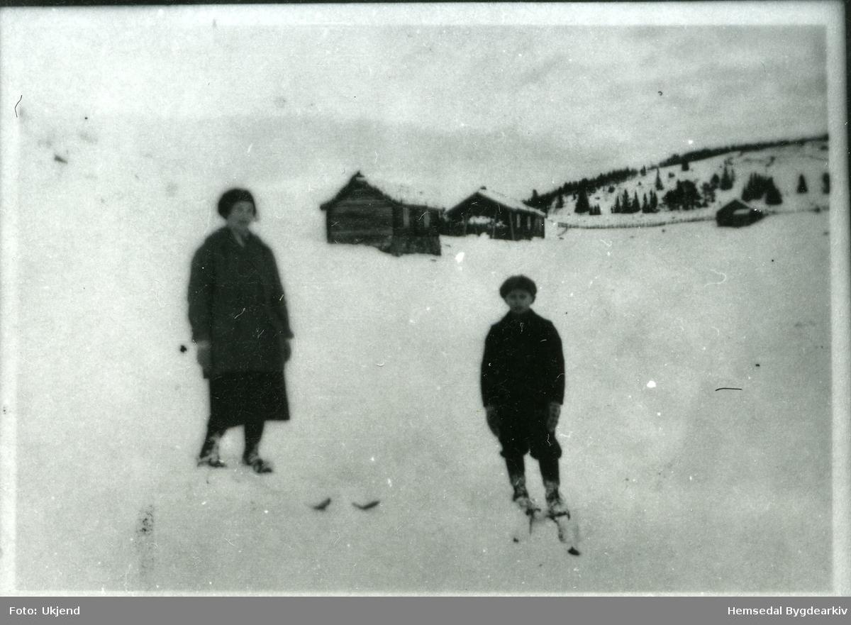 Guro Aalrust, fødd 1900, med sonen Endre Aalrust, 7 år gamal, på påsketur. Biletet er teke i påska i 1929.