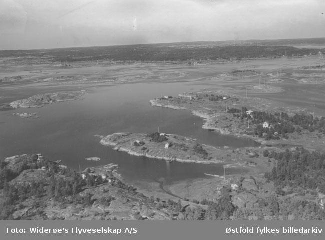 Oversiktsbilde fra Vesterøy, Hvaler i september 1951. Flyfoto/skråfoto.  Sildeodden helt nord på Vesterøy (litt til høyre i bildet). Lenger opp til høyre ser vi Revholmen og helt til høyre Stokken. I bakgrunnen ses Kråkerøy. Bildet er tatt mot nord eller nord-nordøst.