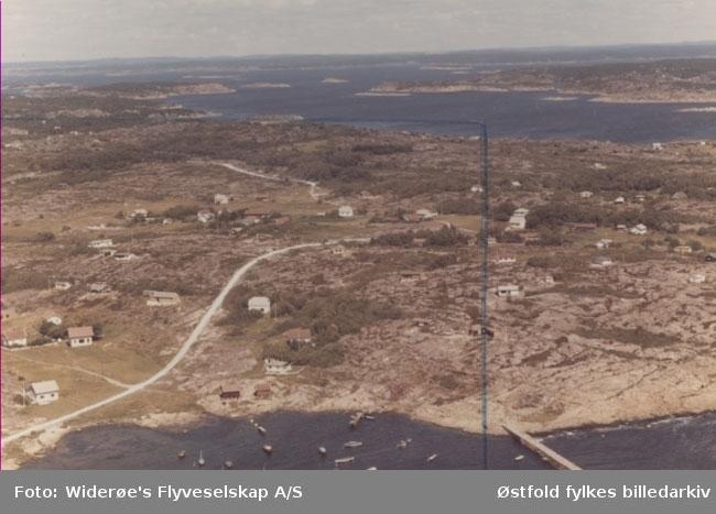 Oversiktsbilde av Vikerhavn, Asmaløy, Hvaler i juli 1967. Skråfoto/flyfoto. Dette bildet viser nordøstre del av Vikerhavna, med Viker, Håbu og Løperen i bakgrunnen.