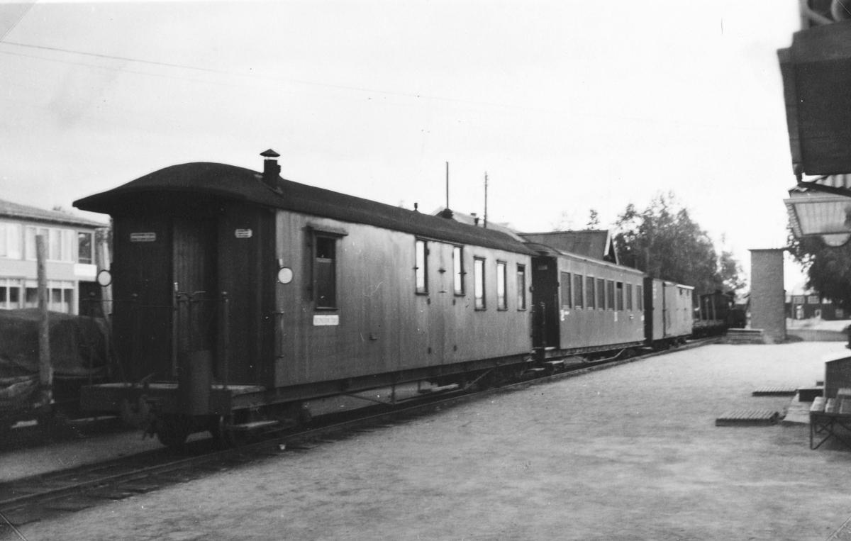 Tog 2058 til Sørumsand på Bjørkelangen stasjon.