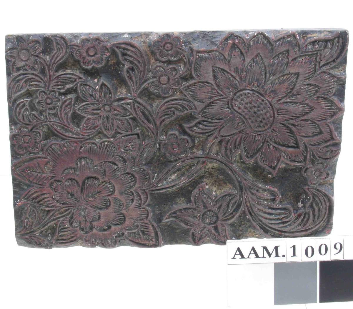 Bonderose lignende mønster der fyller hele  platen   To store blomster med ....ier med  småblomster og blad mellom.