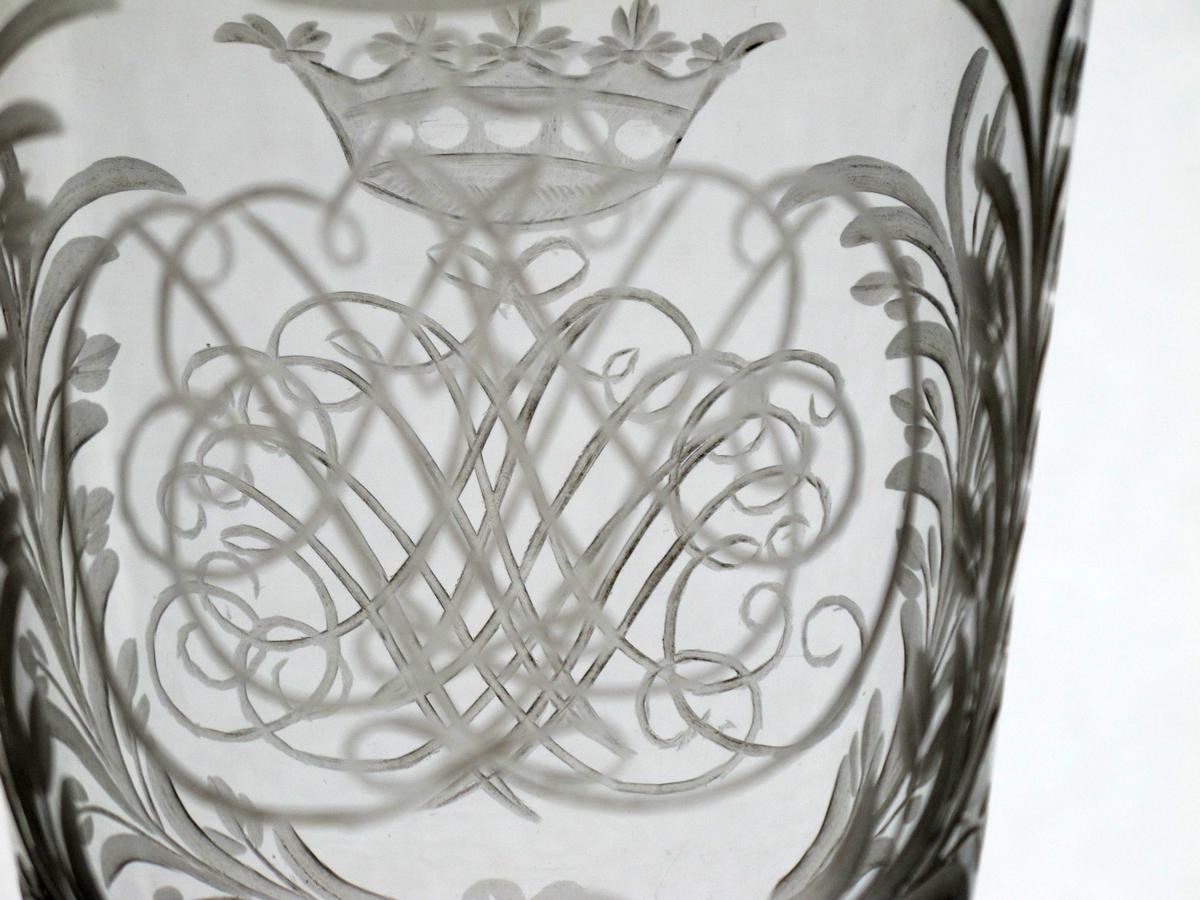 klokken dekorert  med regence-mønster,   2 speilmonogram og kartusj