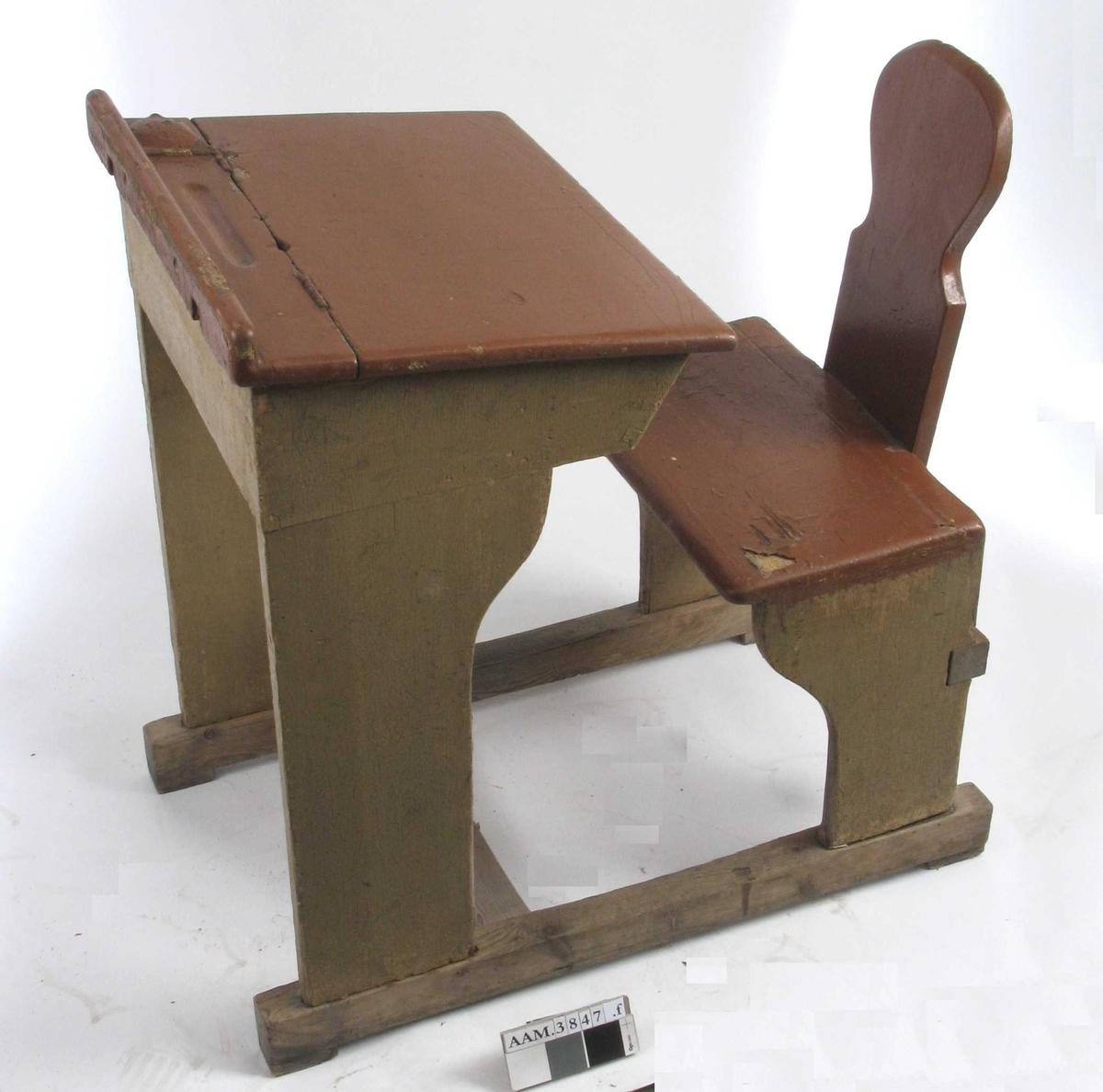 Form: Vanger m. pult og stol i ett. Rom for oppbevaring under plata.