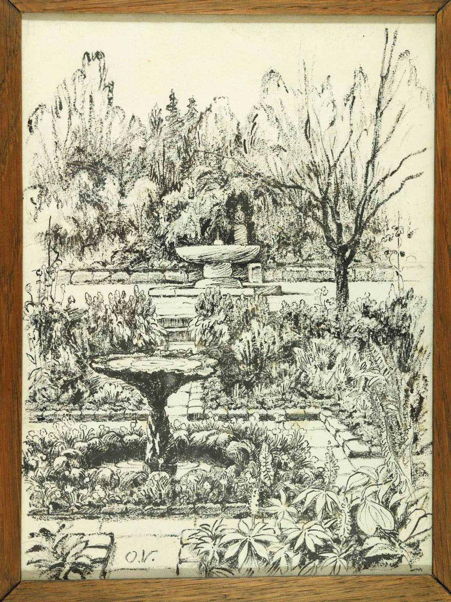 Hageanlegg m. 2 fontener bak hverandre, blomsterrabatter, i bakgrunnen trær og busker.