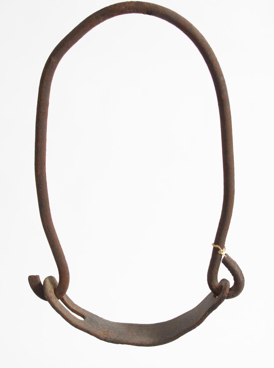 Klave av jern. En større og en mindre jernklave  av en bøyd U-formet ring,  lukket med rundet flatt stykke.  Tilstand: rustne.