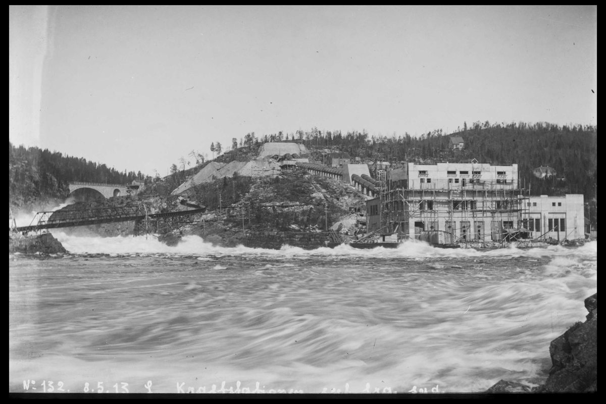 Arendal Fossekompani i begynnelsen av 1900-tallet CD merket 0470, Bilde: 36 Sted: Bøylefoss Beskrivelse: Kraftstasjonen under flom