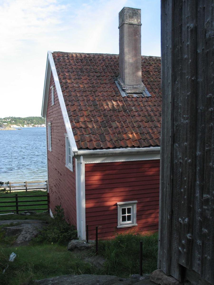 Merdøgaard. Bygningsmiljø, vestre del av våningshuset, hushjørne av fjøset t.h.