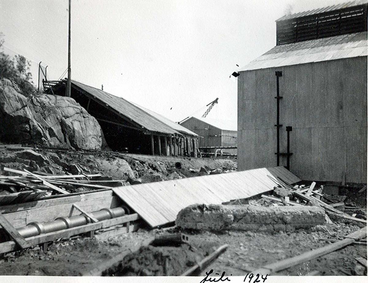 """""""xx/07-1924"""" Nitriden. Kloakkledning fra Omformerstasjonen. Bygning for steking av elektrodekull til høyre. Lagerbygning for ferdigprodukter i bakgrunnen."""