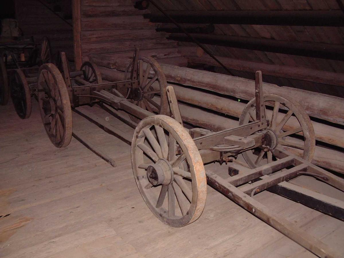 Understell bestående av bakvogn og framvogn med svingflak. Akslingene er forbundet med mellomstang. Mellomstanga har flere hull, slik at vognas arbeidslengde kan varieres. Jernbeslåtte trehjul med svak styrt. Faste keipestaker av tre, jernbeslåtte. Originalt drag.