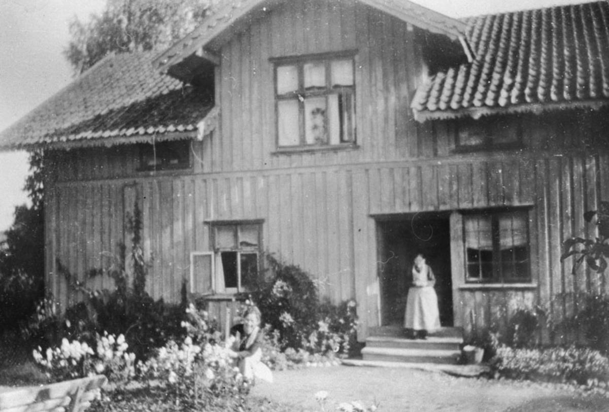 Thea Berg (tante Thea) på trappen på Strømberg.