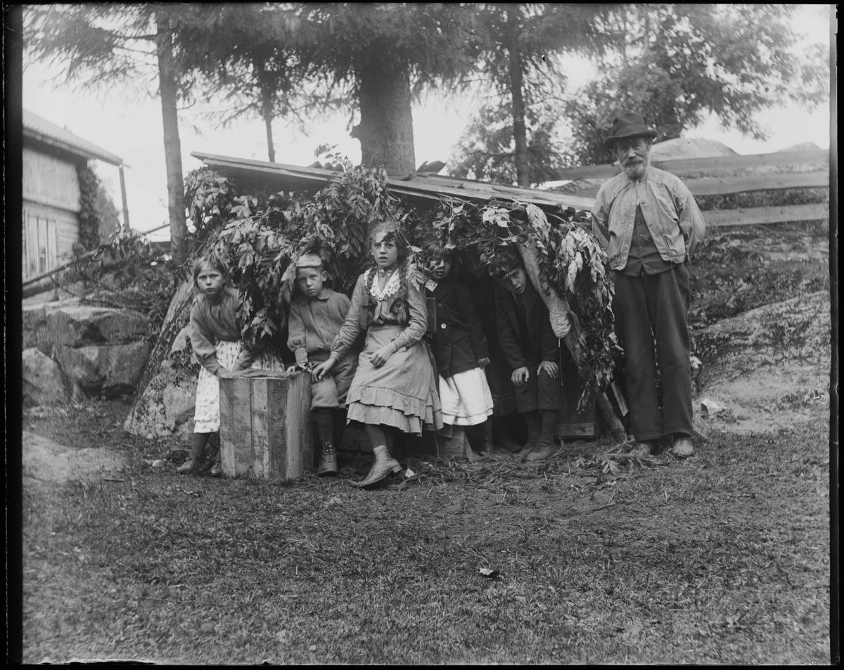 Bernt Holtsmark med familie ute på verandaen.