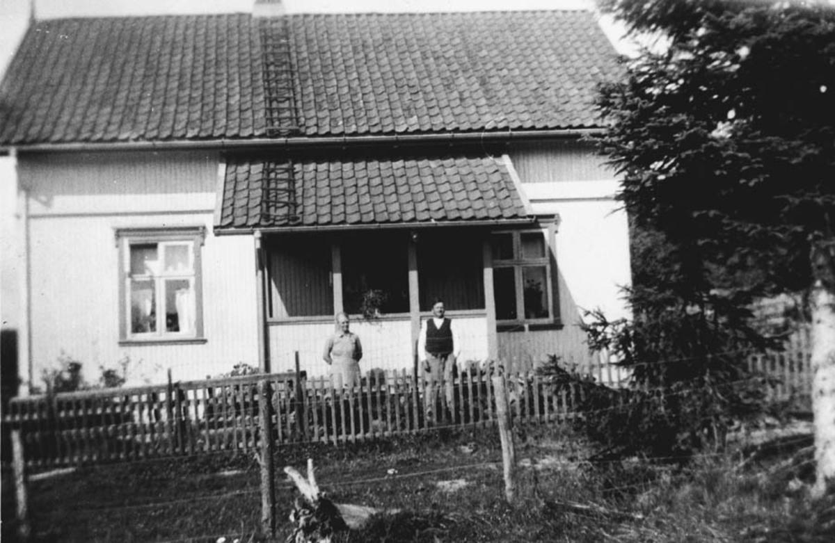 Hovedbygningen. Elise og Jens Løkenhagen.