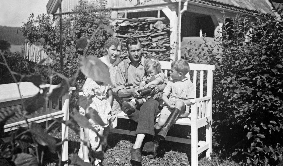 Familiekos på benken i haven på Fredheim skole.