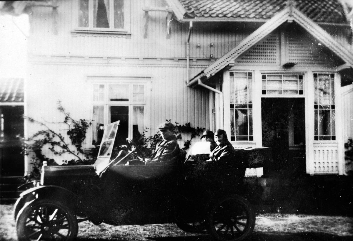 En Ford, modell T 1923-25, m/passasjerer står på Haugsten gård i Råde.