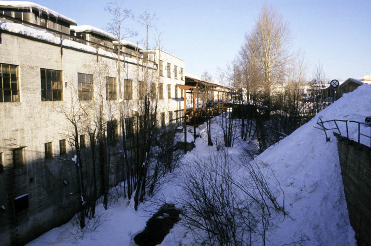 Strømmen Staal under ombygging til Strømmen Storsenter. Bygningen fra 1937 med skrapjernlager, vinter eksteriør