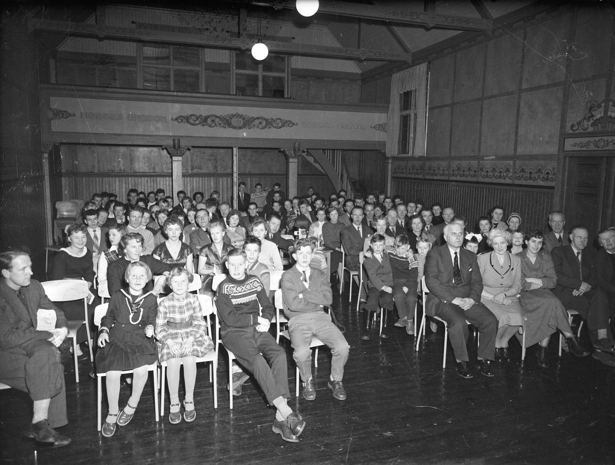 """Forsamling. """"Noregs ungdom – 1932 - Noregs framtid"""" står på veggen. Toten Folkehøyskole 1958."""