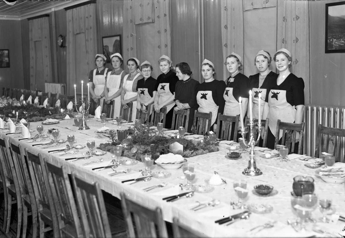 Kvinner ved et dekket langbord på ELG – Eidsvoll Landsgymnas.