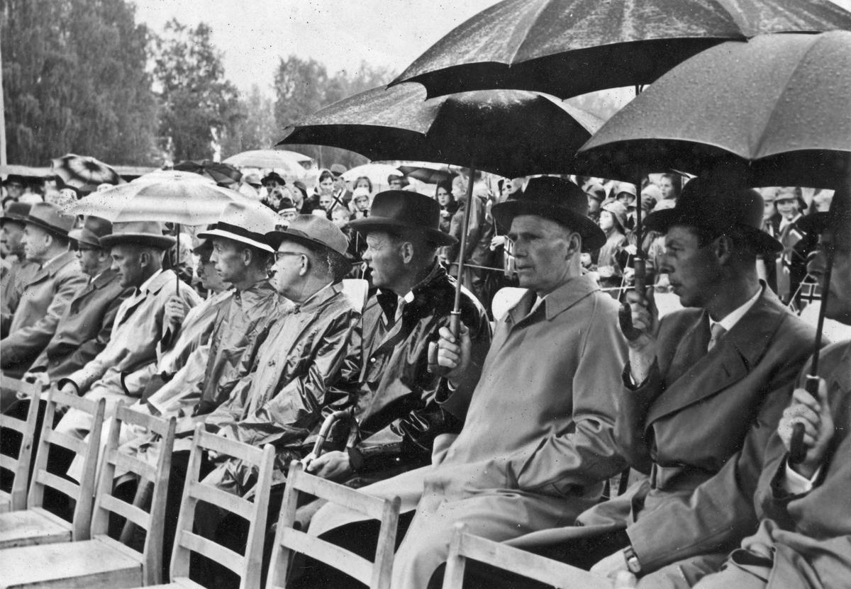 Besøk av Kong Olav. Den 13. juni 1962 ble statuen av Henrik Wergeland avduket på Eidsvoll Verk. Monumentet er laget av billedhoggeren Ottar Espeland. På bildet: Nr 2 fra v.: Bjarne Svare, X, Reidar Habberstad, X, Harald Hansen, X, X, X, Kåre Aspelien, X
