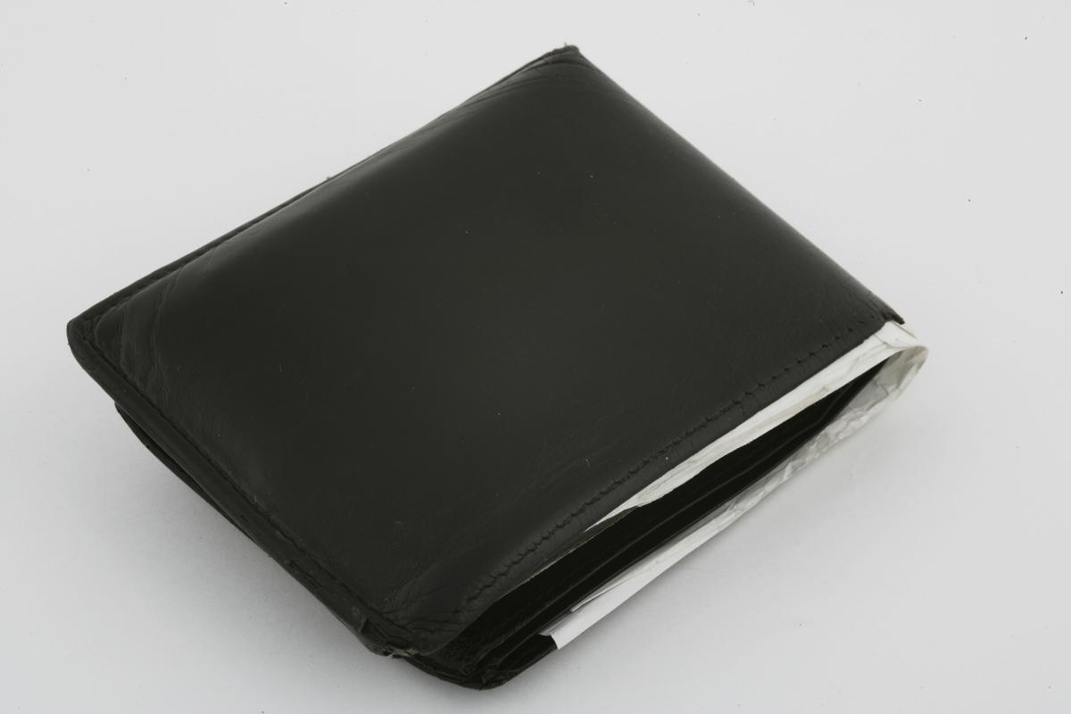 Vesker. Innhold i herreveske/mappe 1 - Lommebok. Studiobilde i forbindelse med samtidsdokumentasjonsprosjekt - Veskeprosjektet 2006