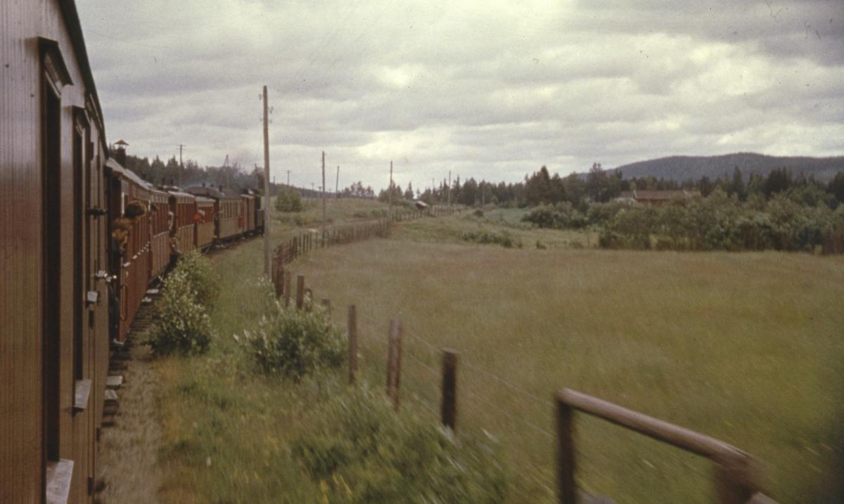 Tog 2051 til Skulerud fotografert fra kupevinduet i vogn CFo5