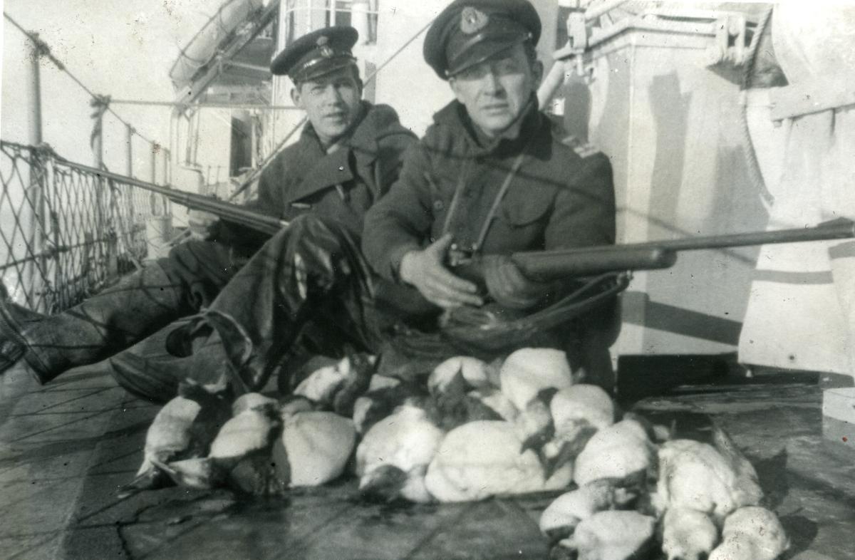Album Ubåtjager King Haakon VII 1942-1946 Paymaster Knudsen og A. Klæboe. Belle Island stredet 24.09.1943.
