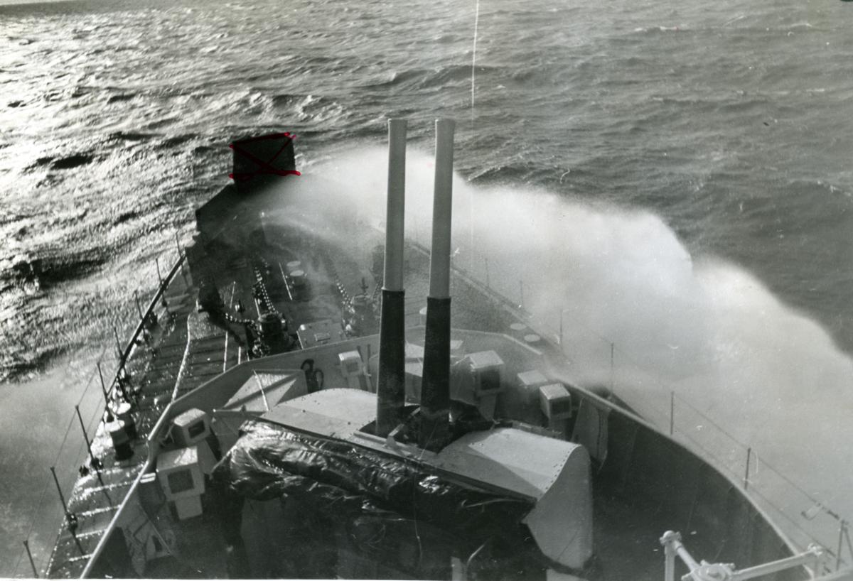 """Album Glaisdale H.Nor.M.S. """"Glaisdale"""". Fotograf: Ltn. Holter. Patruljeringstjeneste i Atlanterhavet."""