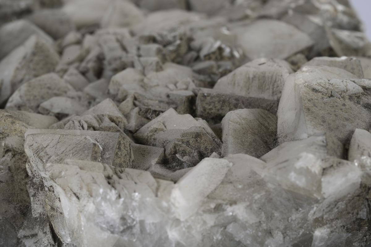 Kalsitt Ca[CO3] Bladformede krystaller med overtrekk av pyritt og limonitt Fra nordligste tapning, magasin 6, vest 430, Wallenberg sjakt 11/1-1944.