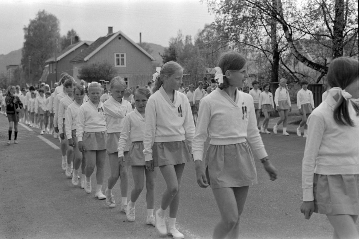 Turnstevne i Brumunddal, defilering gjennom gatene på veg til Sveum Idrettspark. Turnere i Berger Langmoens veg.
