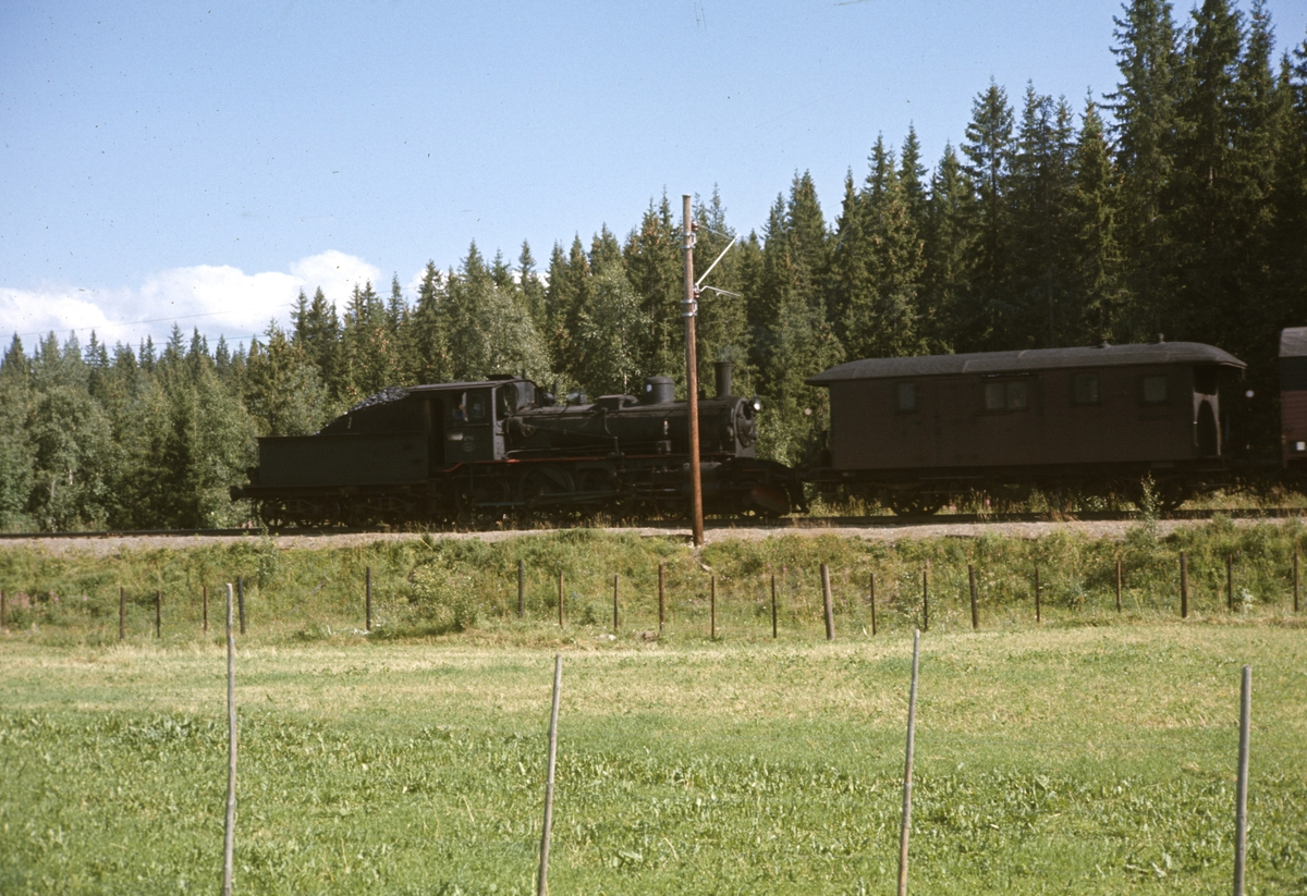 Godstog fra Skreiabanen trukket av damplok 27a 296. Toget er underveis mellom Reinsvoll og Eina.